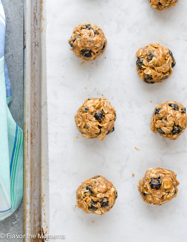 Blueberry Almond Chia Energy Bites are 5 ingredient energy bites that are gluten-free, vegan, and absolutely addicting! @FlavortheMoment